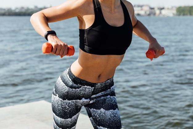 Coup moyen de musculation femme Photo gratuit