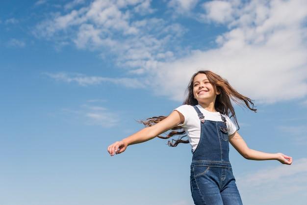 Coup moyen petite fille aux cheveux longs souriant Photo gratuit