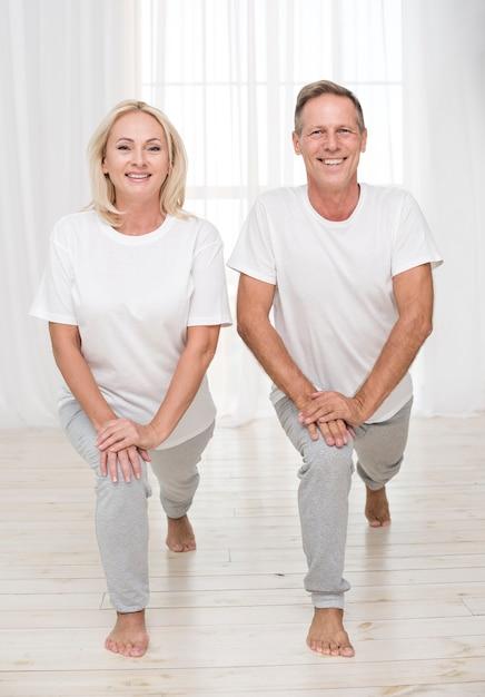 Coup De Smiley Couple Pratiquant Ensemble Photo gratuit