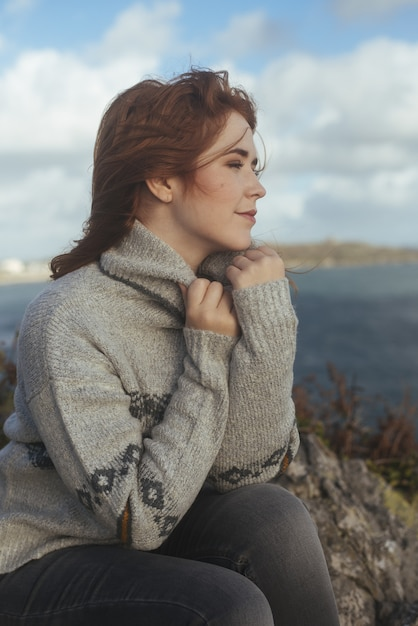 Coup Vertical D'une Femme Souriante Avec La Mer Photo gratuit