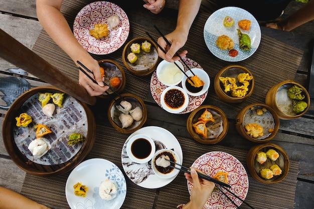 Coup vibrant de festins sur des petits pains chinois cuits à la vapeur et frits Photo gratuit