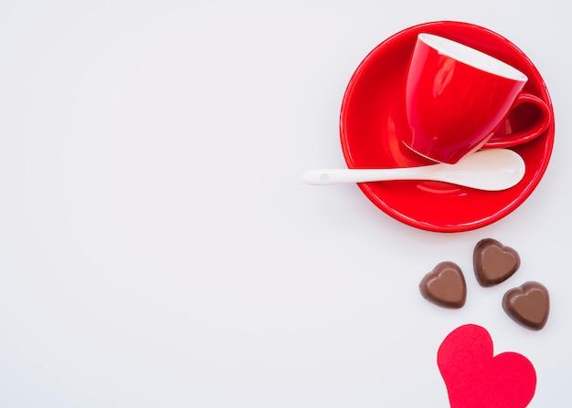 Coupe sur une assiette près de bonbons au chocolat et carte de saint valentin Photo gratuit