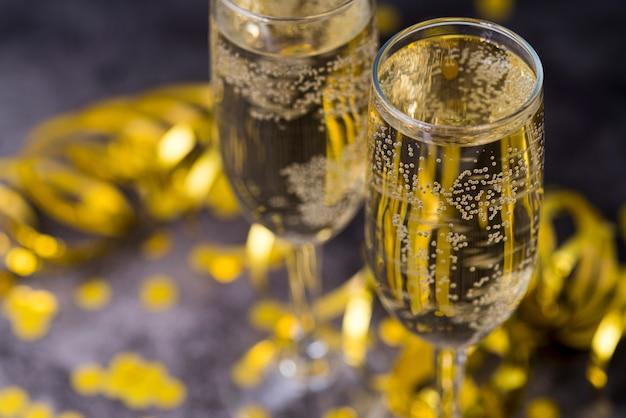 Coupe De Champagne Avec Bulle Sur Table Photo gratuit