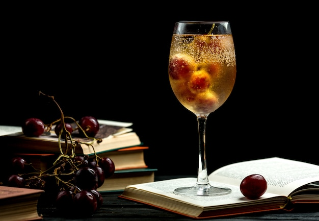 Coupe de champagne sur un livre Photo gratuit