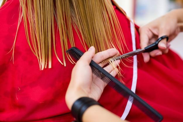 Coupe Des Cheveux Dans Un Salon De Beauté Bébé. Photo Premium