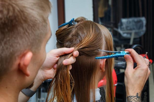 Coupe de cheveux dans le salon de coiffure Photo Premium