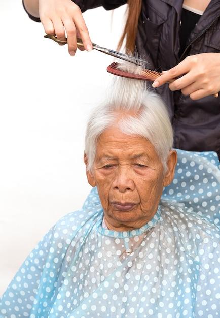 Coupe les cheveux gris de la femme senior Photo Premium