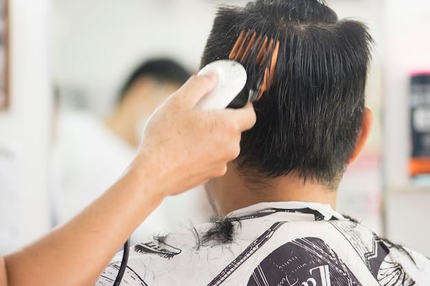 Coupe de cheveux hommes barbershop. coiffeurs pour hommes. barbiers. Photo Premium