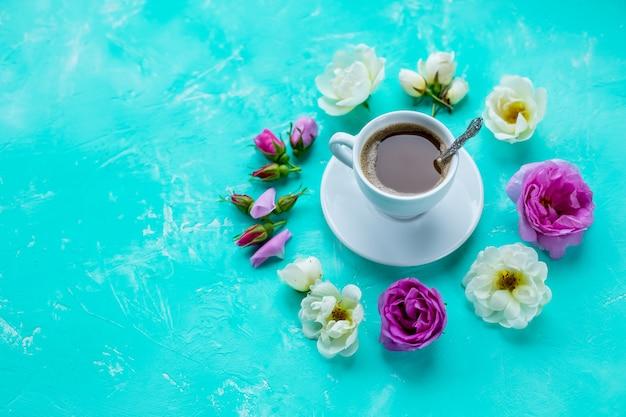 Coupe Du Matin De Fleurs De Café Et De Roses Sur Fond Clair Photo Premium