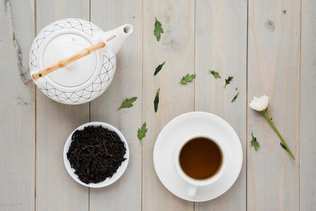 Coupe du thé avec théière Photo gratuit