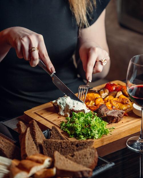 Coupe Femme Steak De Boeuf Avec Du Fromage Cheddar Fondu Et Sauce Crémeuse Photo gratuit