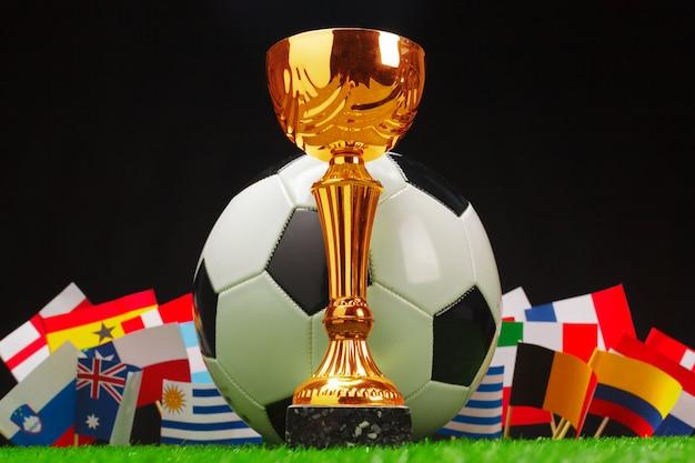 Coupe de football avec ballon de football sur l'herbe Photo Premium