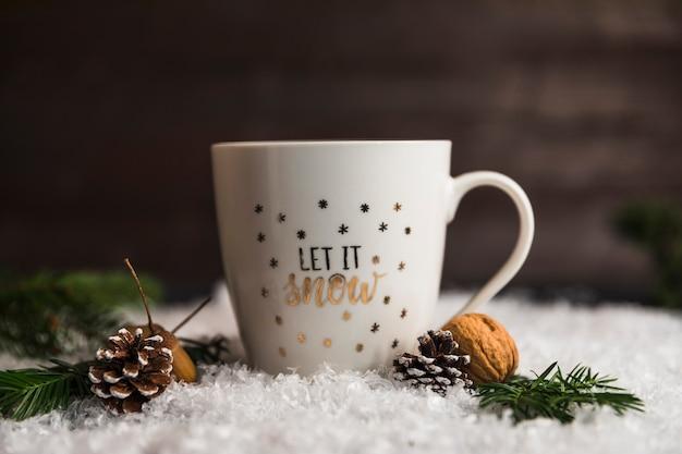 Coupe près de chicots, de noix et de brindilles sur la neige Photo gratuit