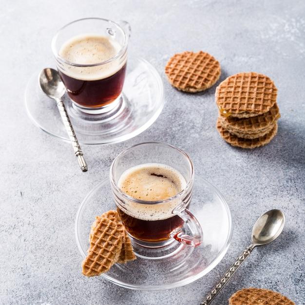 Coupe en verre de café avec des biscuits gaufres Photo Premium
