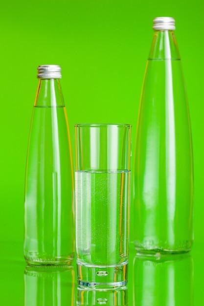 Coupe en verre d'eau minérale sur vert Photo Premium