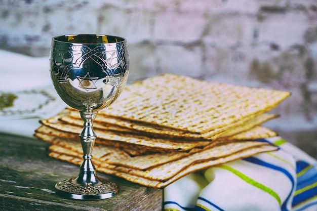 Coupe à vin en argent avec matza, symboles juifs pour les vacances de pessah. concept de la pâque. Photo Premium