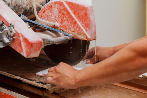 Couper les carreaux sur la machine Photo Premium