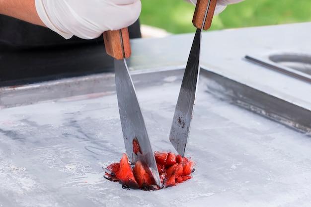 Couper les fraises pour la glace thaïlandaise Photo Premium