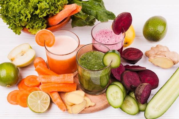Couper les fruits et les légumes avec du jus Photo gratuit