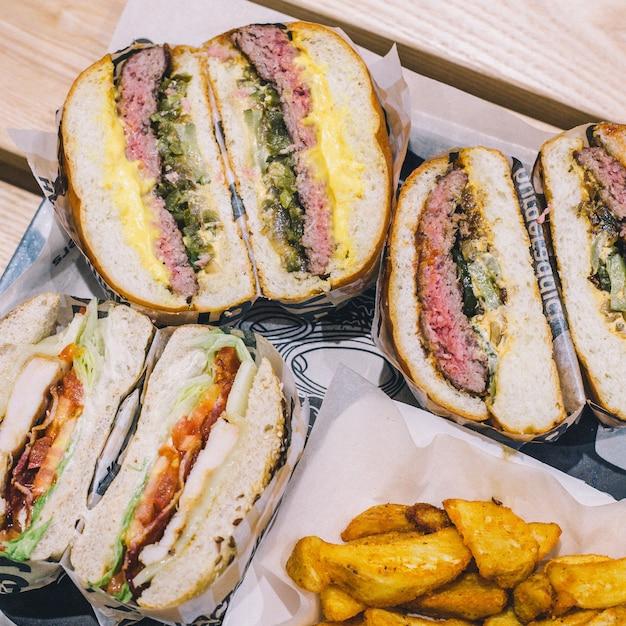 Couper des hamburgers à la viande et des frites sur un plateau dans un café Photo Premium