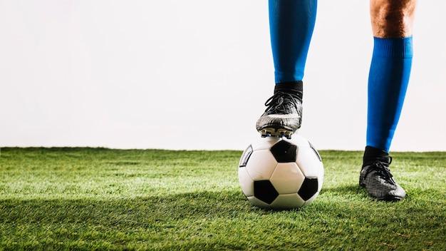 Couper les jambes et la balle sur le terrain Photo gratuit