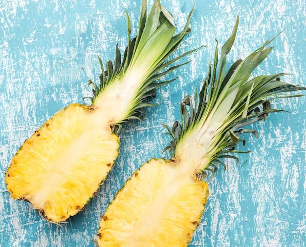 Couper les moitiés d'ananas mûrs Photo gratuit