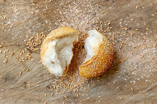 Couper des morceaux de pain plat poser Photo gratuit