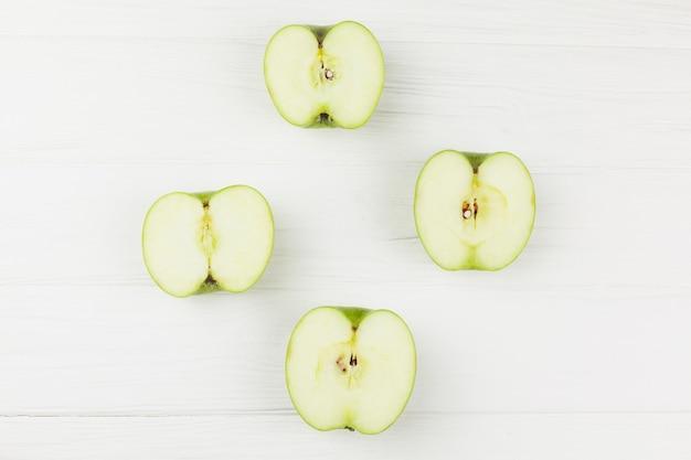 Couper Les Pommes En Deux Sur Fond Blanc Photo gratuit