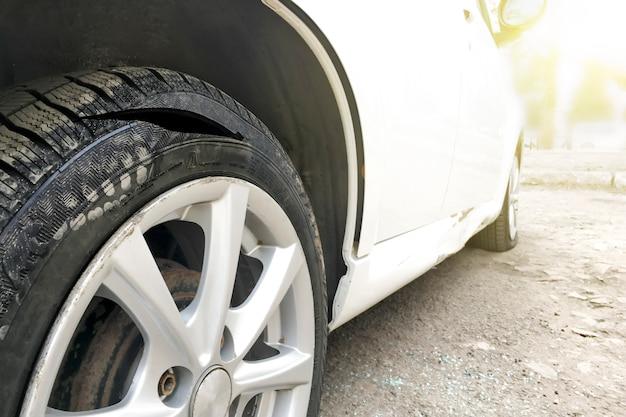 Couper la roue de la voiture Photo Premium