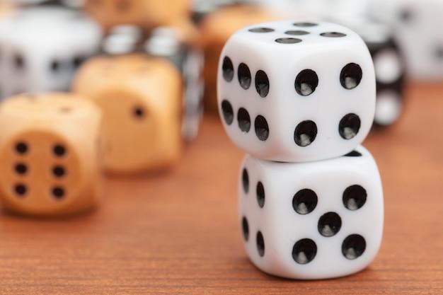 Couper en dés sur une table en bois. concept de risque d'entreprise. Photo Premium