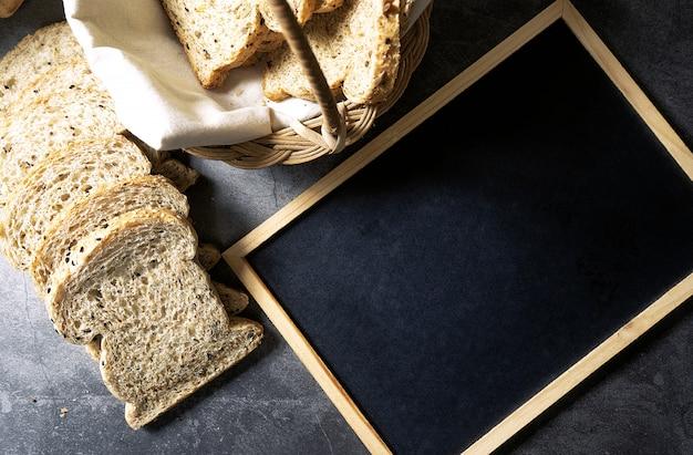 Couper Avec Des Tranches Et Du Pain De Grains Entiers Pain Frais Fait Maison Par Terre Photo Premium