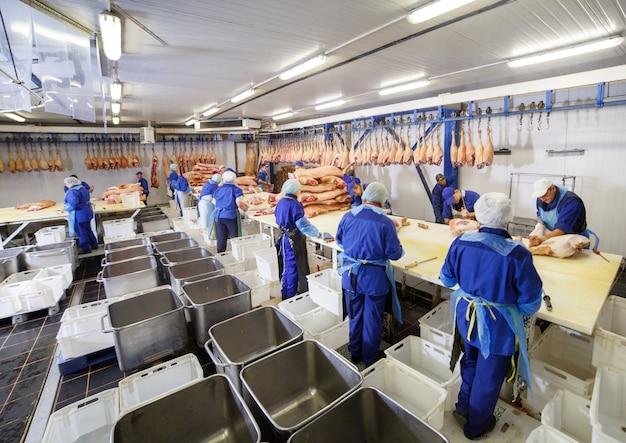 Couper La Viande Dans L'abattoir. Photo Premium