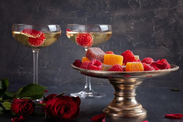 Coupes de champagne et des bonbons Photo Premium