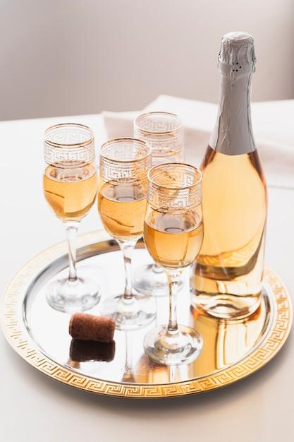 Coupes à Champagne Sur Un Plateau Photo gratuit