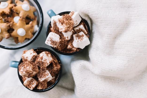 Coupes avec guimauves et biscuits étoiles Photo gratuit