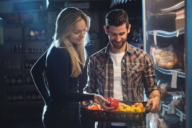Couple achetant des légumes dans une boutique bio Photo gratuit