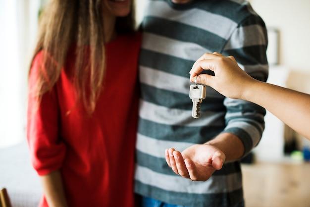 Couple a acheté une nouvelle maison Photo gratuit