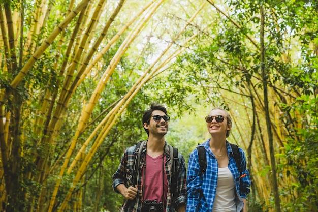 Couple admirant la forêt de bambous Photo gratuit