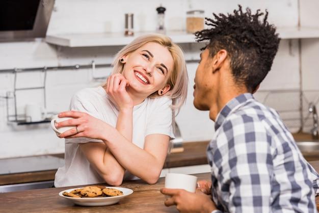 Couple adolescent, tenant tasse, dans main, reposer ensemble, avoir petit déjeuner Photo gratuit