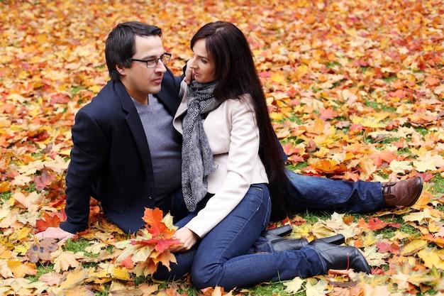 Couple adulte ayant une bonne journée en famille dans le parc Photo gratuit