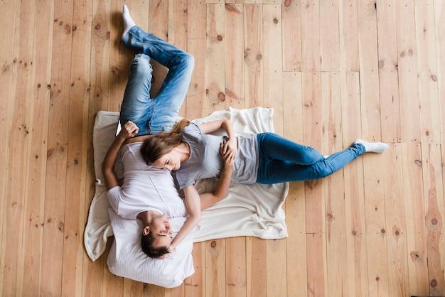 Couple adulte, étreindre, feuille, plancher Photo gratuit