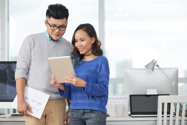 Couple d'affaires avec tablette Photo gratuit