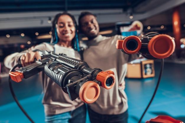 Couple Afro-américain Avec Des Fusils En Arcade. Photo Premium