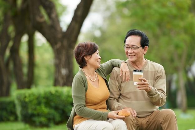 Couple âgé au repos dans le parc Photo gratuit