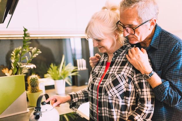 Couple âgé Dans La Cuisine De La Maison De Retraite Photo gratuit