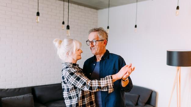Couple âgé dansant dans la maison de retraite Photo gratuit
