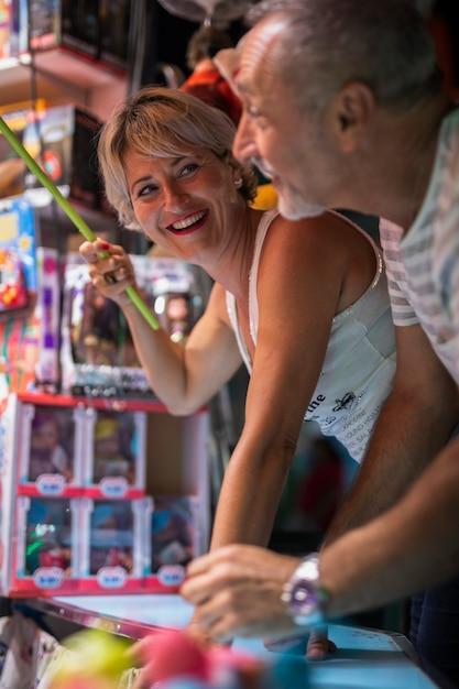 Couple d'âge moyen appréciant le jeu Photo gratuit