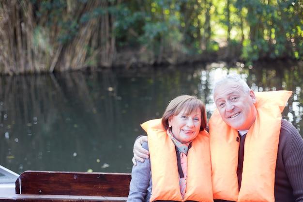 Couple D'âge Mûr Ayant Une Bonne Journée Sur Le Lac Photo gratuit