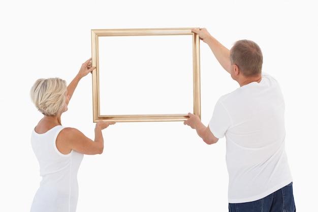 Couple d'âge mûr raccrochant cadre Photo Premium