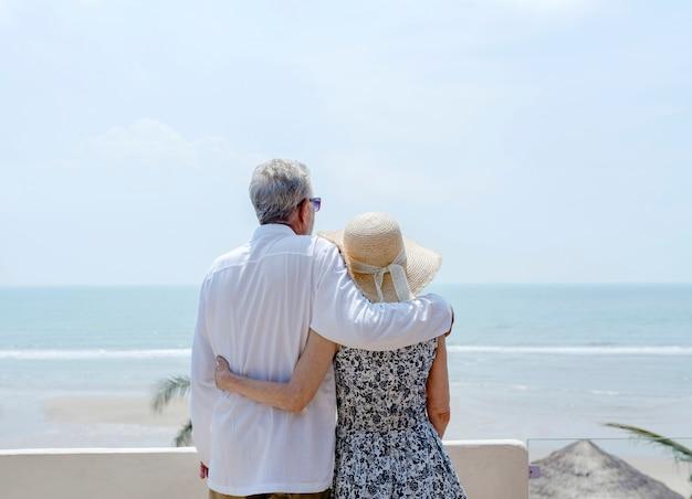 Couple d'âge mûr en vacances dans une station Photo gratuit